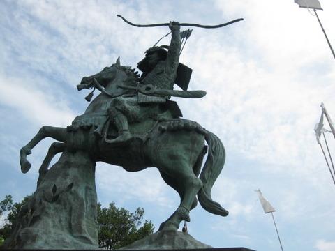 徳島県小松島市/義経ゆかりの地「旗山の日本最大の騎馬像」と芝生町「八幡神社」