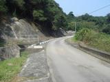 引水道脇の平坦な道
