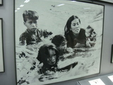 川を渡る家族