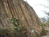崩れそうな岩