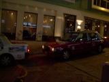 攻撃を受けるタクシー