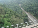 ダムの反対側の絶壁