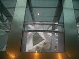 足元のガラス窓