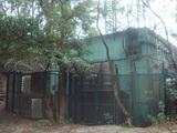 鉄条網で囲まれた建物