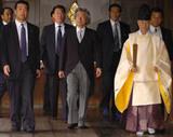 靖国神社に参拝する小泉首相