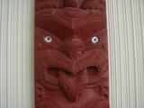 舌を出した彫り物