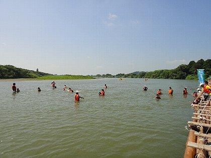 浅瀬で水遊び2