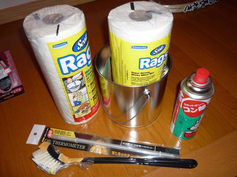ブラシ、温度計(何に使うの?)、使い捨てウエス、コン郎(ヾ(,д,;)ぉぃぉぃ)、缶ま、後でのお楽しみに!