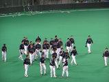 最終戦後、外野での挨拶から戻るチーム一同