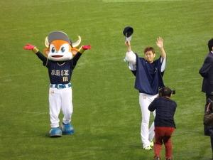 レフトのビジターファンに挨拶かる西勇輝&バファローブル