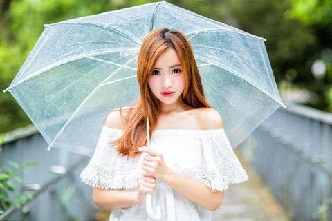 ビニール傘を差す女性