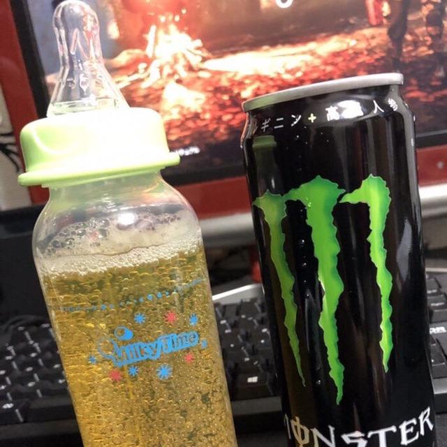 【悲報】モンスターエナジーを哺乳瓶で飲むのが流行してしまうww