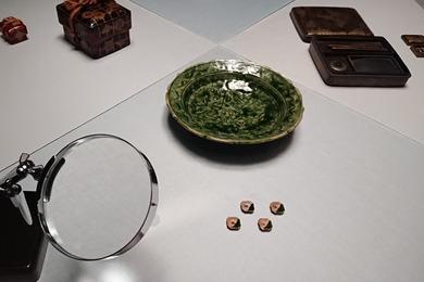 織部鷺文輪花皿と織部写千鳥文四方皿
