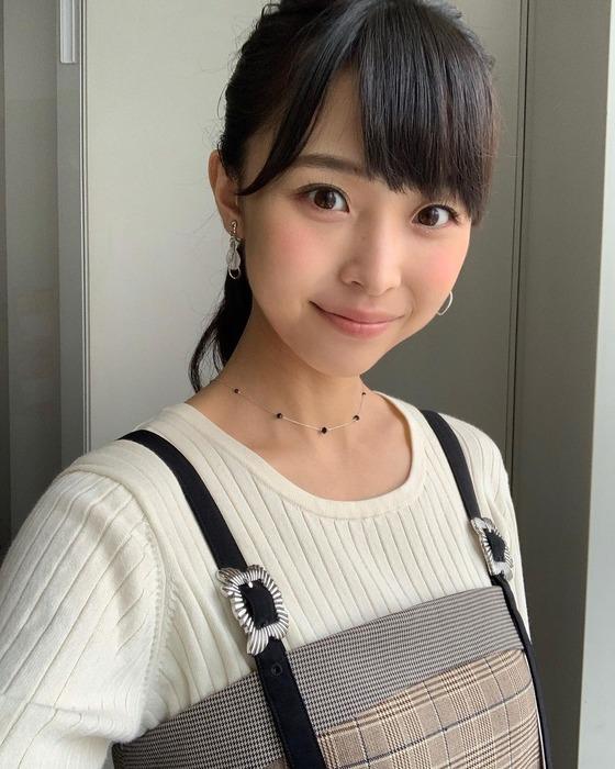 渡邊渚アナがカレンダー撮影で巨乳を強調
