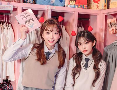 韓国の制服を着ている女子高生 (1)