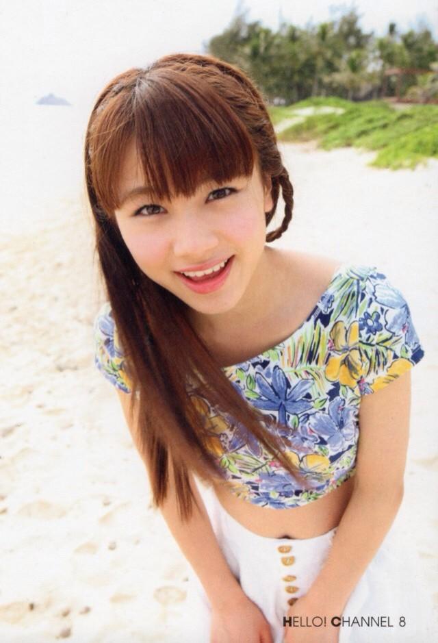 花柄トップスの石田亜佑美