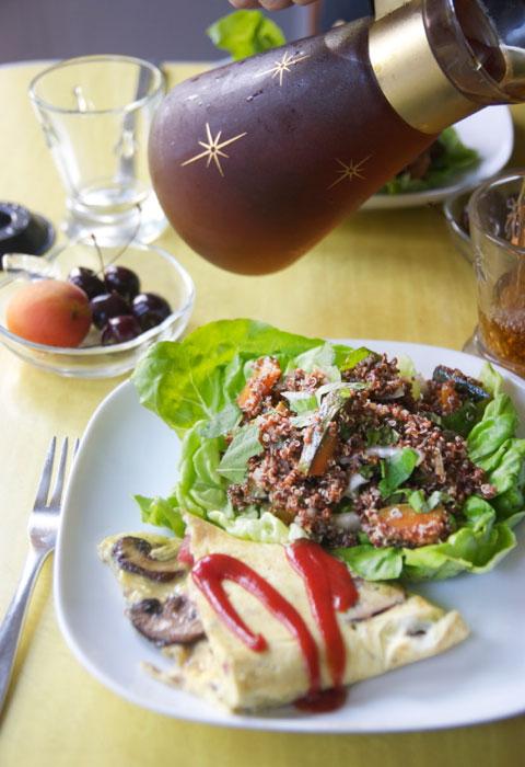 キヌア、カボチャ、鶏レパーのサラダ&オムレツ・ブランチ
