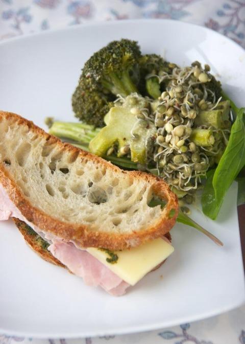 ホウレンソウペーストのサンドイッチ