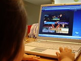 幼児向け英語教育教材セサミえいごワールドの動画説明を見るゆみちゃん!ふむふむ、にゃるほど