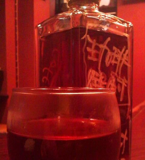 珈琲焼酎ボトルとグラス