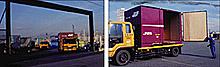 貨物センターからトラックに積み替えられるコンテナ
