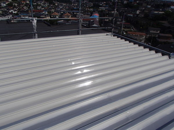 折板屋根塗装中