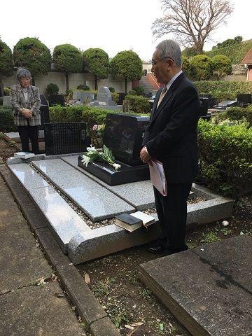 墓碑と牧師