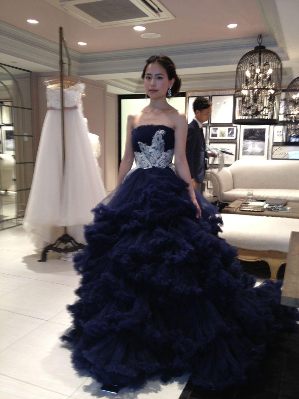 先日の発表で一番人気のドレスだそうです。 写真では濃紺に見えますが、実際にはもうちょとパープルが強かったです。