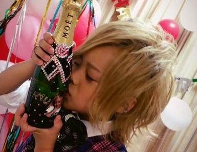 【画像】8歳のホスト・琉ちゃろ、歌舞伎町のホストクラブで誕生日パーティー開催wwwwww