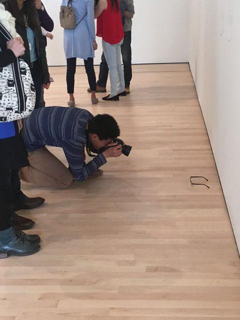 美術館の床にメガネ置く→人だかりができて「興味深いアートだ」 「形而上学的な意味があるのでは…」 (※画像あり)