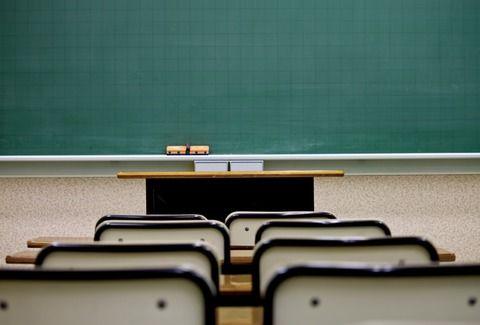 【悲報】底辺高校の教師、生徒が黒板の消し忘れをしただけでトンデモナイ行動に出てしまう(※画像あり)