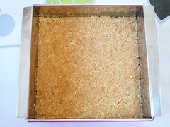 桜レアチーズ【1】クッキーを敷き詰める