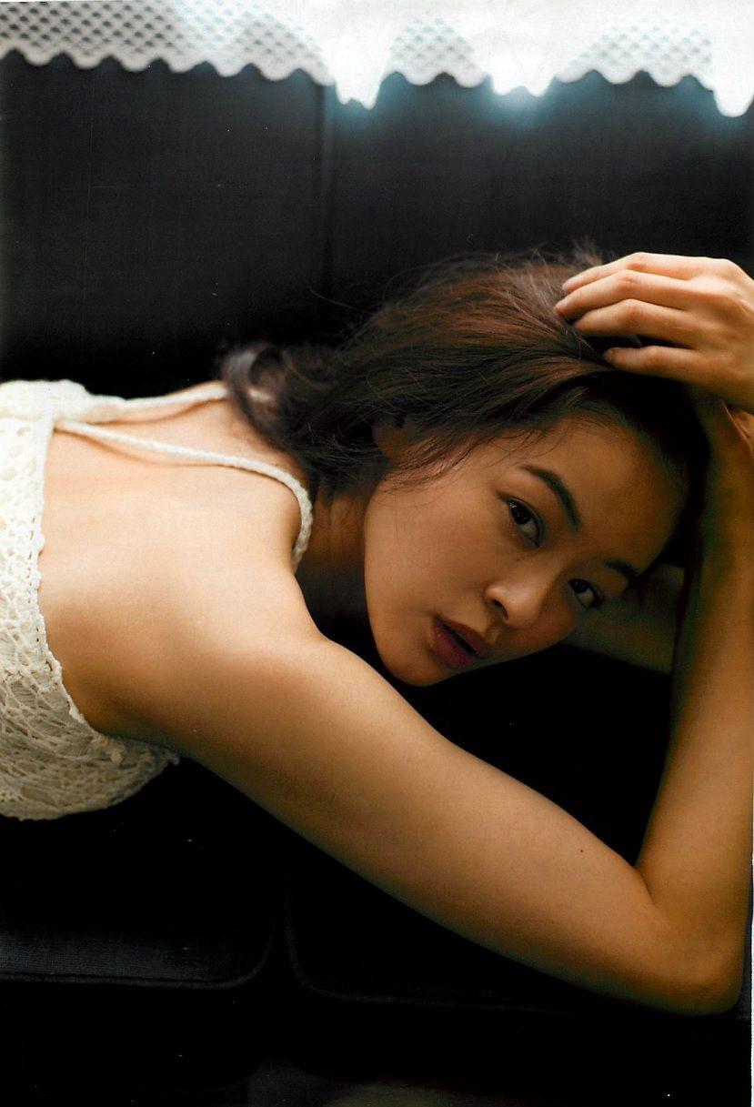 ソファで寝そべる黒谷友香