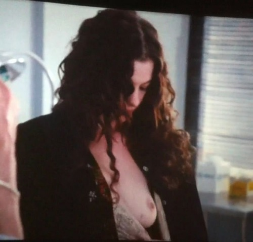 Anne Hathaway - Love & Other Drugs 05