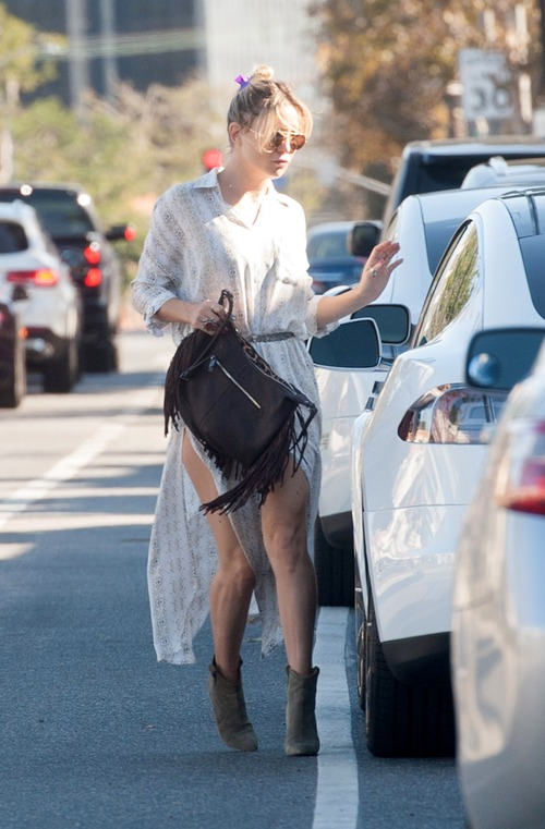 kate-hudson-out-for-lunch-in-downtown (9)