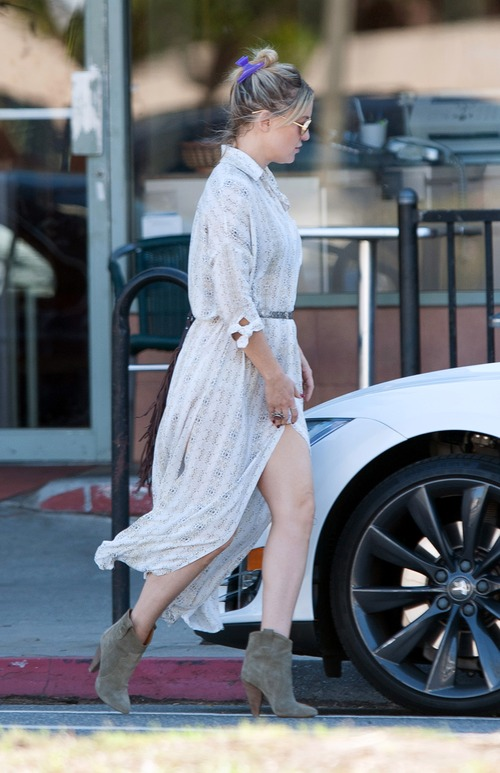 kate-hudson-out-for-lunch-in-downtown (16)
