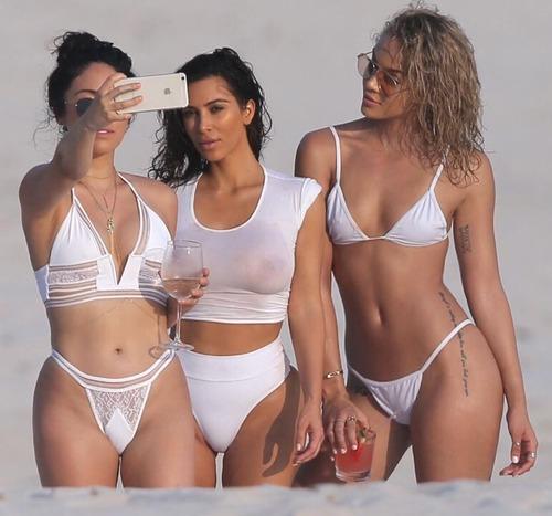 Kim Kardashian-Mexico-19z