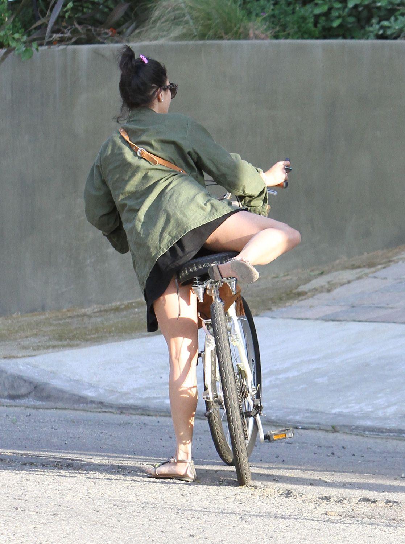 を跨いでパンチラ!?自転車 ...