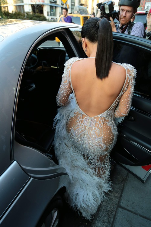 Kim_Kardashian_heads_to_the_2015_Met_Gala_May_4-2015_013