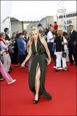 女優のエマニュエル・ベアールのロングドレスが、肌蹴ちゃってパンチラ!
