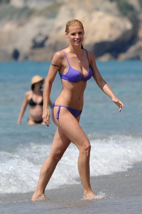 MichelleHunziker_Bikinicandids_VarigottiItaly