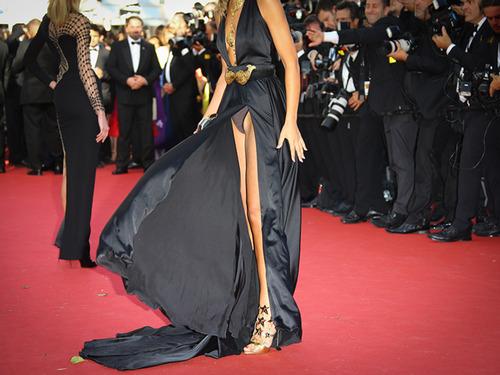 Lady-Victoria-Hervey-montre-sa-culotte-au-Festival-de-Cannes