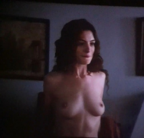 Anne Hathaway - Love & Other Drugs 13