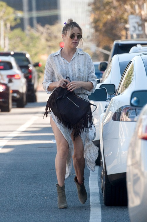 kate-hudson-out-for-lunch-in-downtown (11)