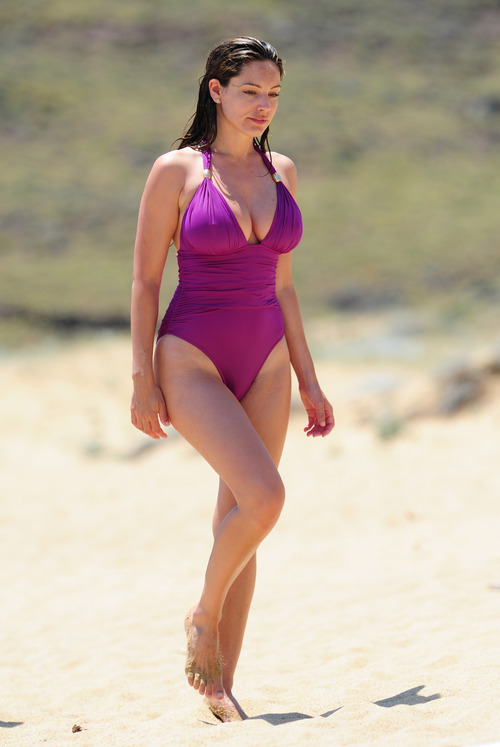 Kelly Brook in purple swimsuit on holiday (12)