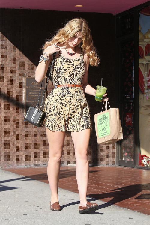 お尻がチラっ!超ミニで休日を過ごす女優のミーシャ・バートンを追跡