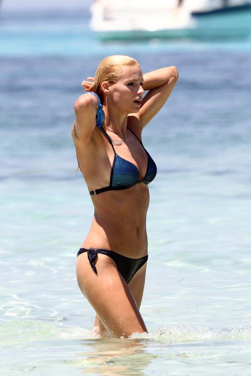 Michelle Hunziker Bikini Jun 28 2011 (1)