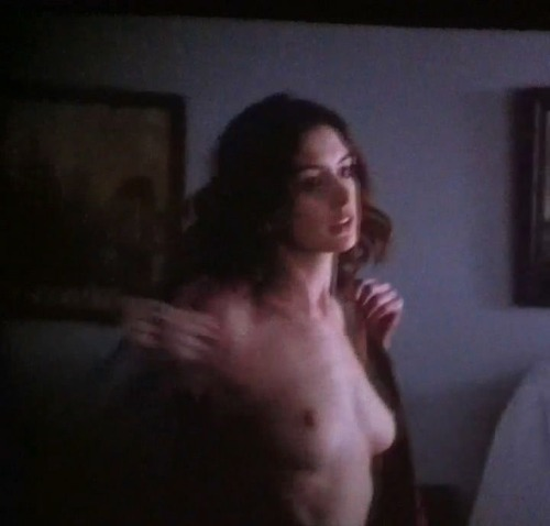 Anne Hathaway - Love & Other Drugs 10