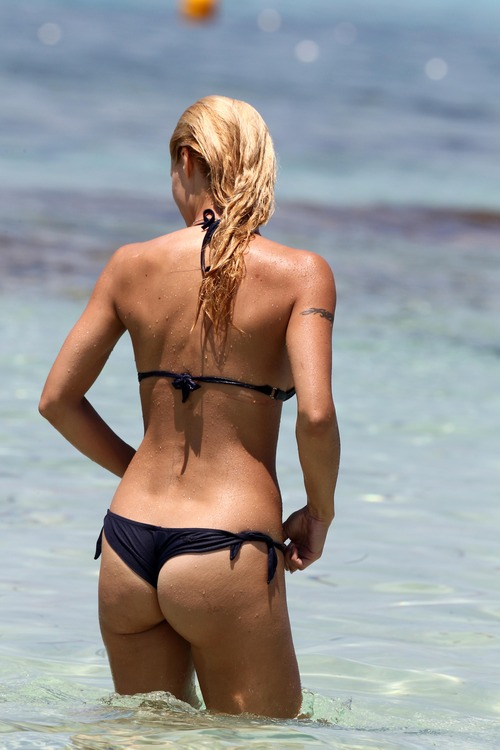Michelle Hunziker Bikini Jun 28 2011 (3)