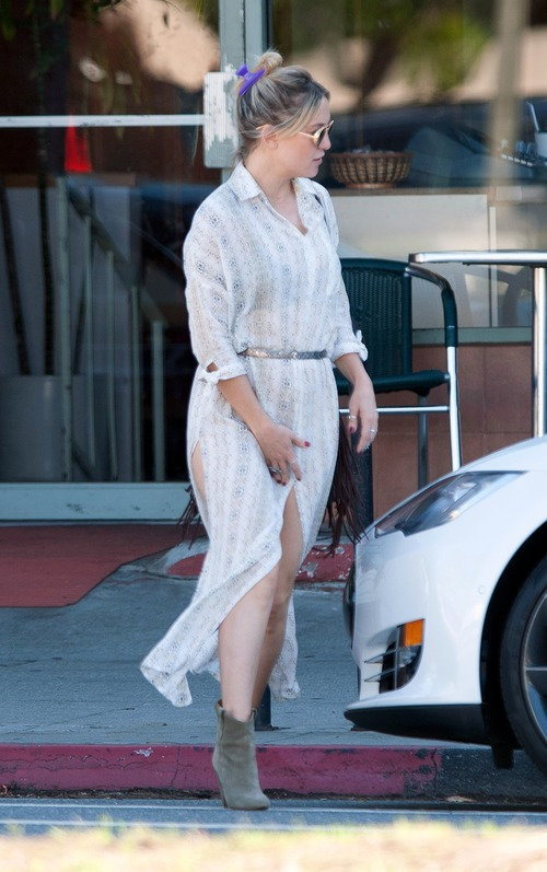 kate-hudson-out-for-lunch-in-downtown (15)